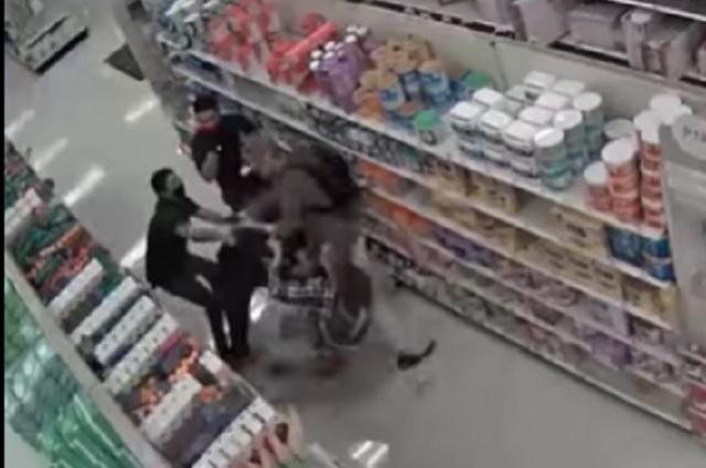 Sacan a golpes a jóvenes en supermercado por no usar cubrebocas