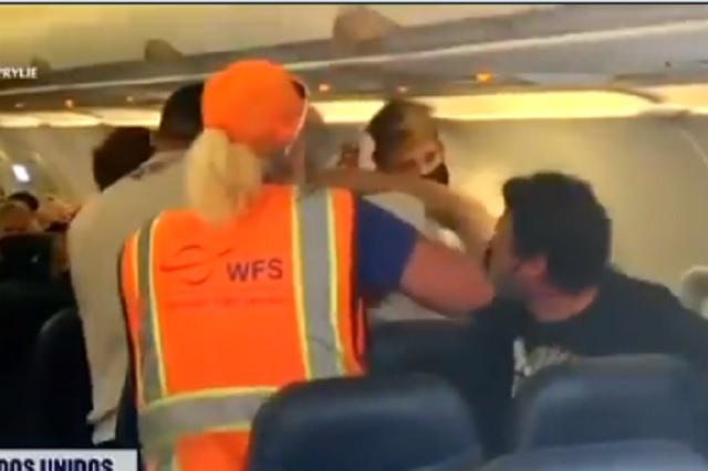 Recibe tremenda golpiza por negarse a usar cubrebocas en avión