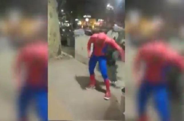 Dan tremendo golpe en la cabeza a Spider Man en la calle