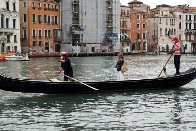 Regresan las góndolas a canales de Venecia