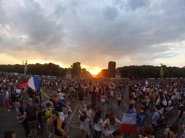Francia, campeona mundial de futbol, sigue en efervescencia festiva