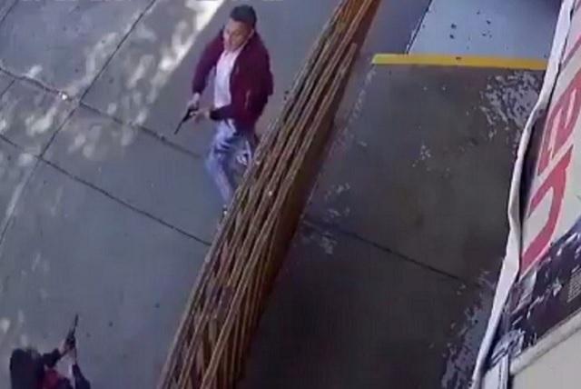Graban a policía que mató a un ladrón para defender a su compañero