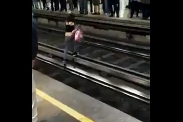 Graban a mujer que caminó en las vías del Metro y logró subir al andén