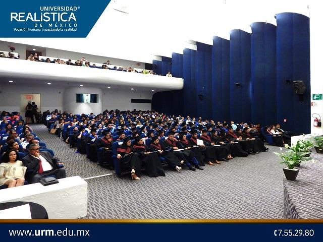 Entregan Águila Real a graduados de la Universidad Realística