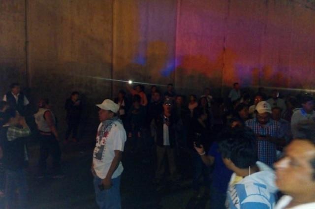 Granaderos impiden paso de oaxaqueños de la CNTE a Puebla