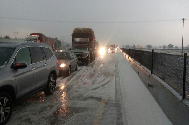 Colapsan lluvia y granizo calles de Puebla recién intervenidas