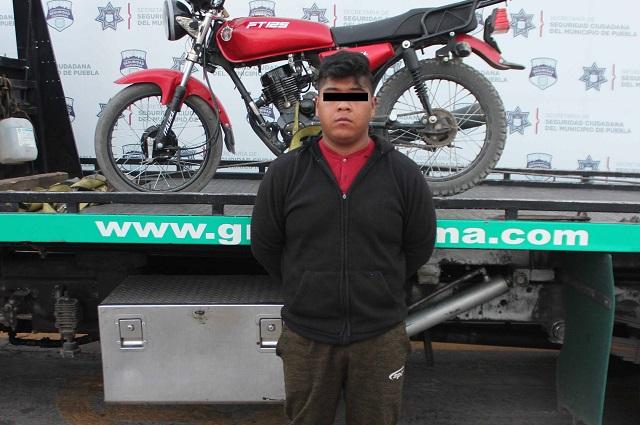Lo detienen en Puebla capital manejando una moto robada