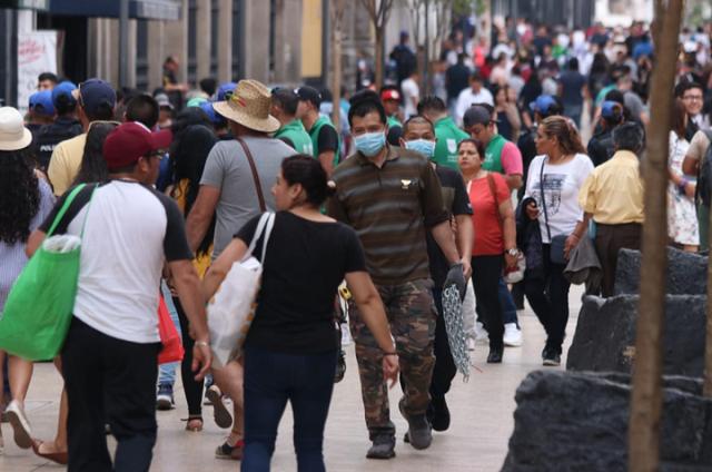 En CDMX desoyen advertencias sobre Covid y abarrotan calles