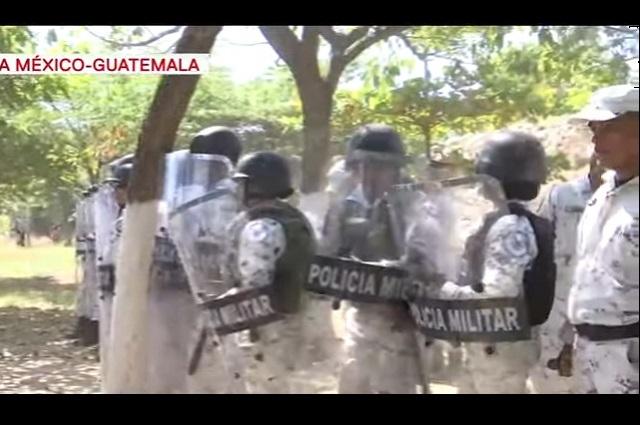 Guardia Nacional frena a migrantes centroamericanos en el rio Suchiate