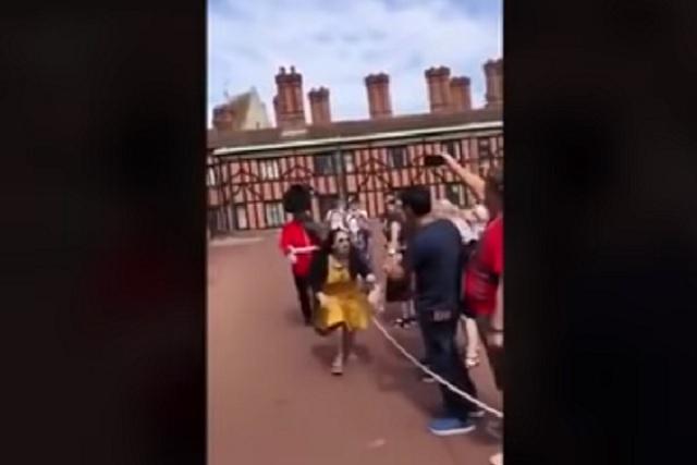 Esto es lo que pasa cuando le estorbas a un Guardia Real