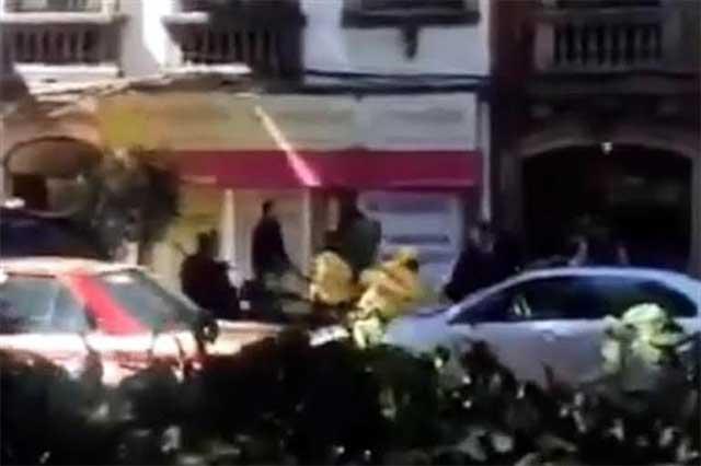 Se enfrenta guarura con policías, los golpea y se les escapa