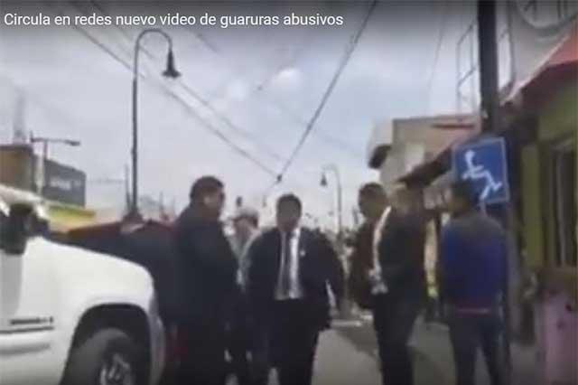Guaruras paran el tránsito en Metepec para golpear a un automovilista