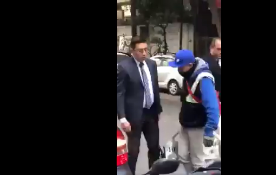 Guaruras agreden a agentes de tránsito, impiden que les coloquen 'araña'
