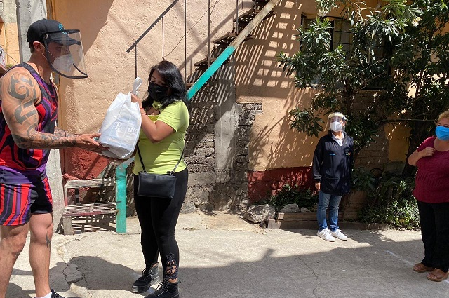 Fundación Televisa y Guerreros entregan 400 despensas