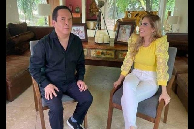 Le llueven críticas a Gustavo Adolfo Infante por entrevistar a Karla Panini
