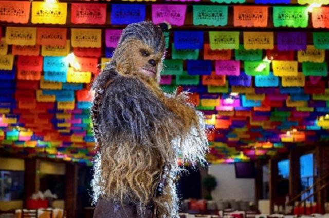 Chewbacca visita México y se sube al Halcón Milenario de Xochimilco