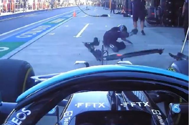 Hamilton no frena a tiempo y atropella a su compañero en los pits