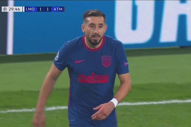Tarde extraña para Herrera en Champions: da pase de gol y comete penal