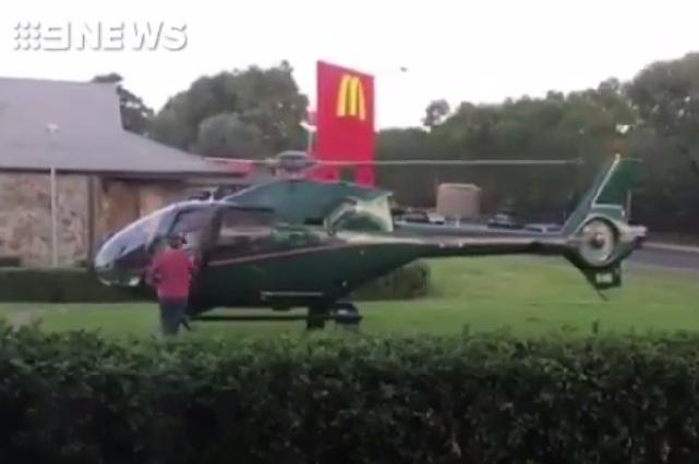 Un hombre aterriza helicóptero sólo para comprar hamburguesa