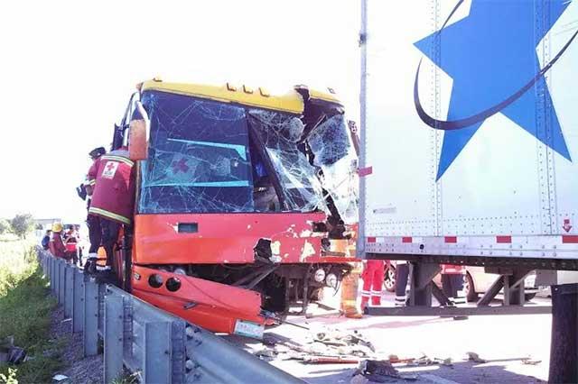 Autobús choca con tráiler; 55 heridos en la autopista Arco Norte