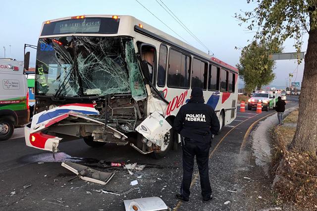 Tres heridos deja choque de autobús en la México-Puebla