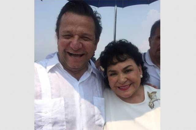 Hermano de López Obrador se abraza con Carmen Salinas y se toma selfies