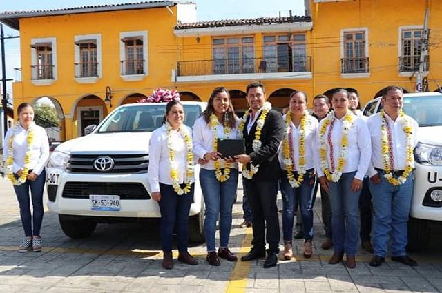 Entregan vehículos, herramientas y uniformes en Tlatlauquitepec