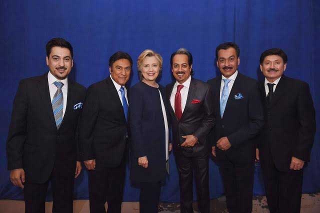 Los Tigres del Norte muestran foto y apoyo a Hillary Clinton