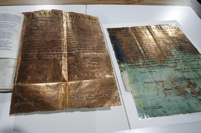 Resguardan documentos de hojas doradas en archivo municipal de Puebla