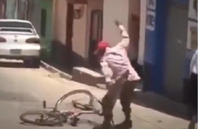 Video: Sujeto ebrio maneja bicicleta, se cae y la ataca a machetazos