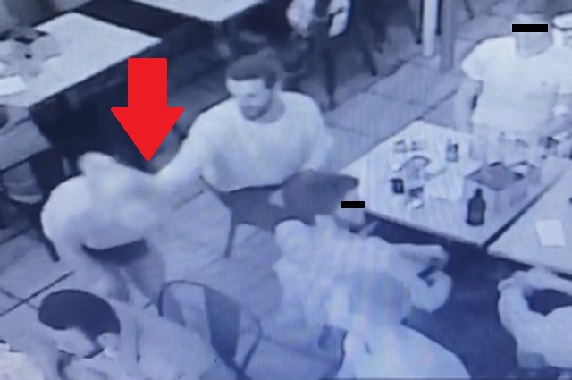 Video: Mesera exhibe a cliente que la manoseó y se vuelve viral en redes