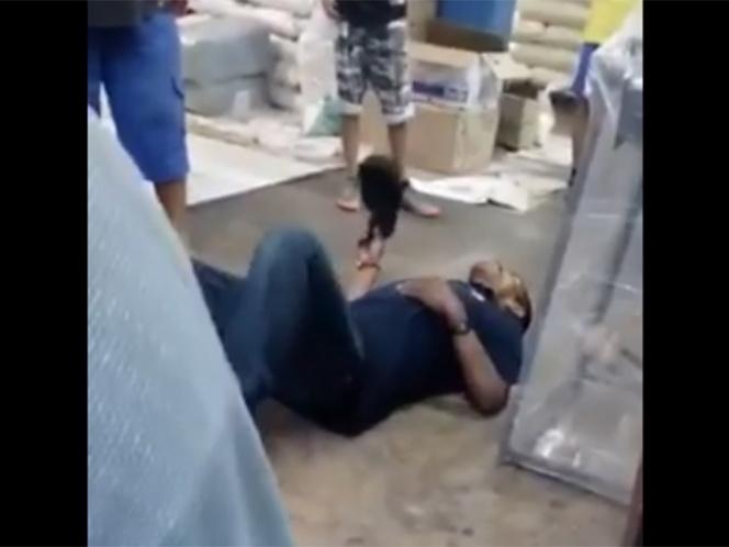 Video: Hombre baleado agoniza dentro de un negocio y la dueña lo intenta sacar