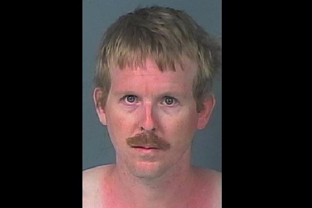 Arrestan a sujeto luego de vivir por meses en armario de una menor