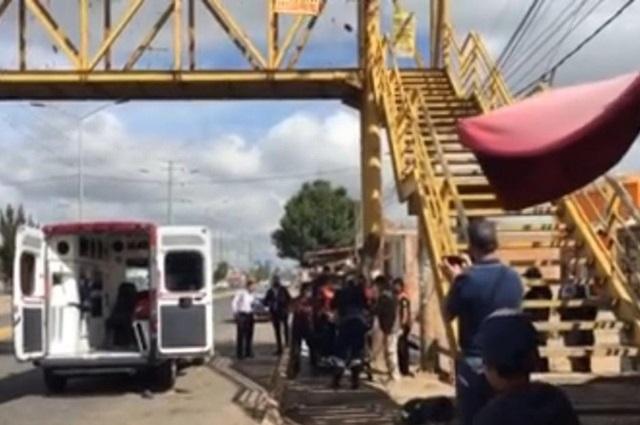 Hombre intentó lanzarse desde un puente peatonal en Cholula
