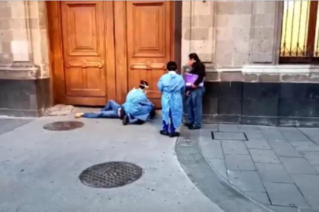 Hombre con Covid-19 hace manifestación y se desvanece frente a Palacio Nacional