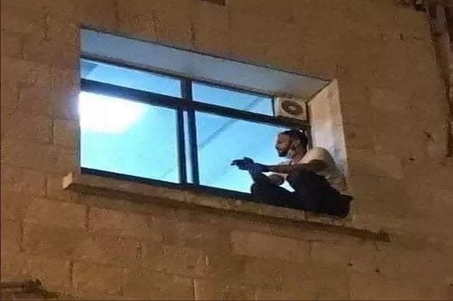 Hombre trepa hasta ventana para despedirse de su madre, infectada de coronavirus