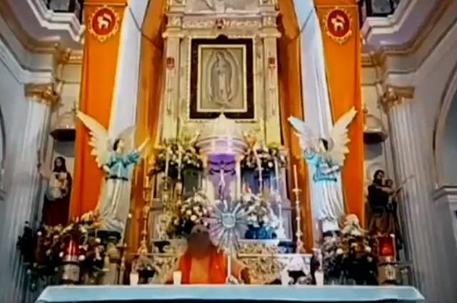 Hombre dice ser Cristo y se sube a altar en plena misa