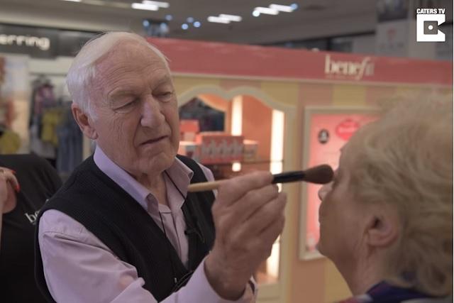 Hombre aprende a maquillar a su esposa antes de que ella pierda la vista