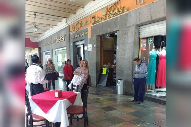 Diez hombres asaltan restaurante frente al zócalo de Puebla