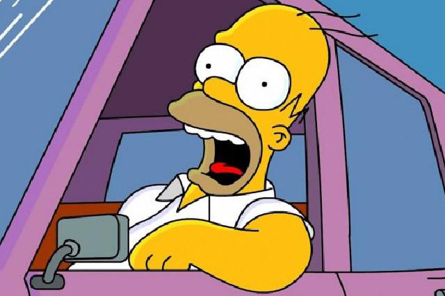 Sujeto se identifica con licencia de conducir de Homero Simpson