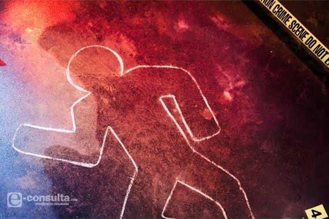 En lote baldío hallan cadáver de hombre, atado de pies y manos