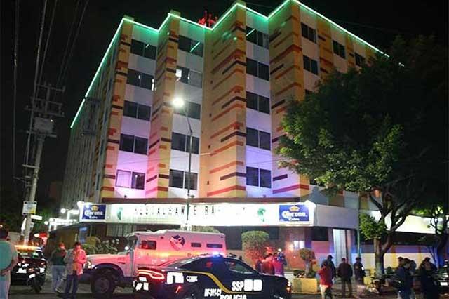 Hombre se arroja del quinto piso de hotel en la Doctores
