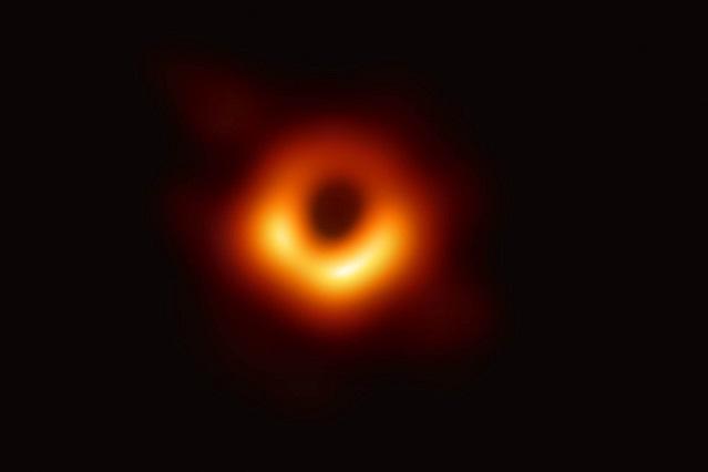 Esta es la primera imagen de un agujero negro y conoce quién la tomó