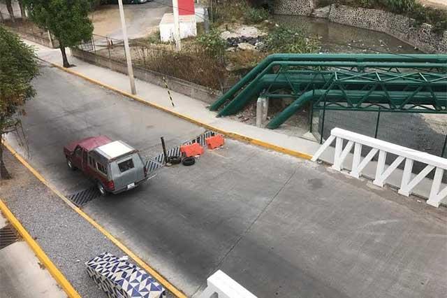 Se abre hoyo en distribuidor de la autopista y Hermanos Serdán