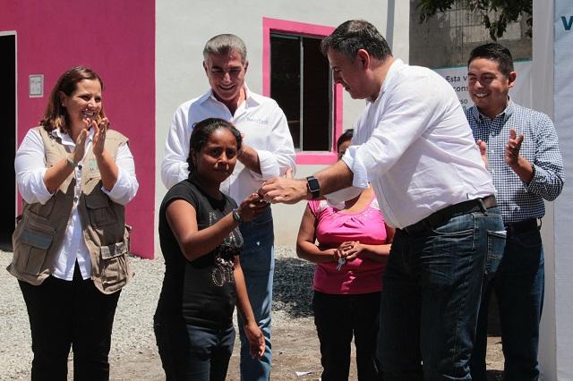 Fuerza México entrega casas nuevas a damnificados por el sismo