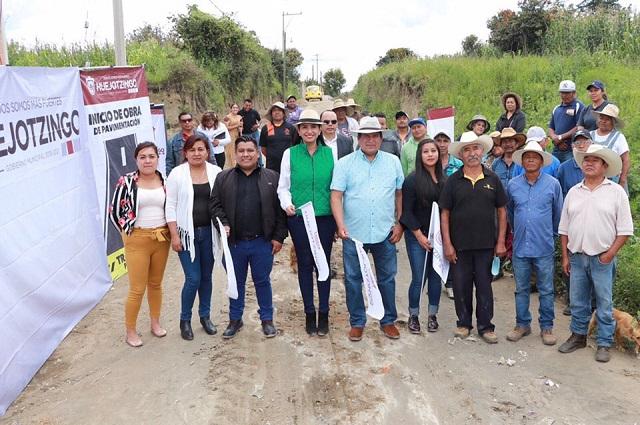 Alcaldesa de Huejotzingo inicia obra de pavimentación en Tianguistenco