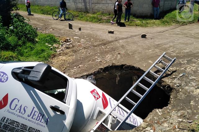 Hundimiento se traga una pipa de gas en Huejotzingo