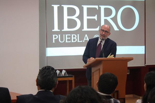 Ex ministro Cossío Díaz da conferencia sobre derecho en la IBERO Puebla