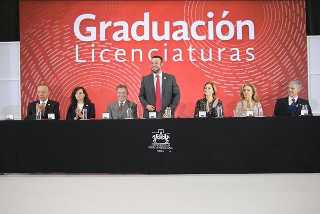 """""""Hoy salen para servir"""": Se gradúan estudiantes de la IBERO Puebla"""