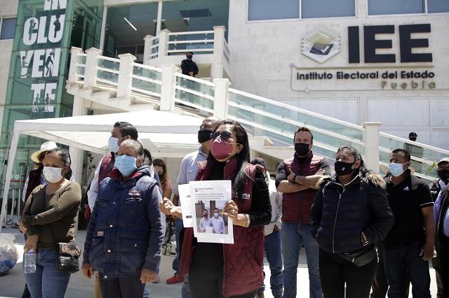 Morenistas hacen plantón para impedir registro de Claudia Rivera